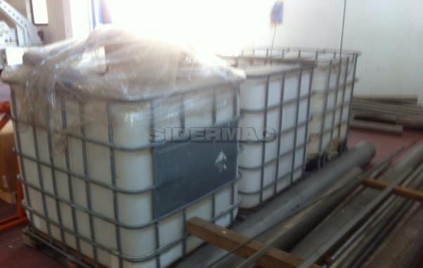 Vari contenitori per liquidi